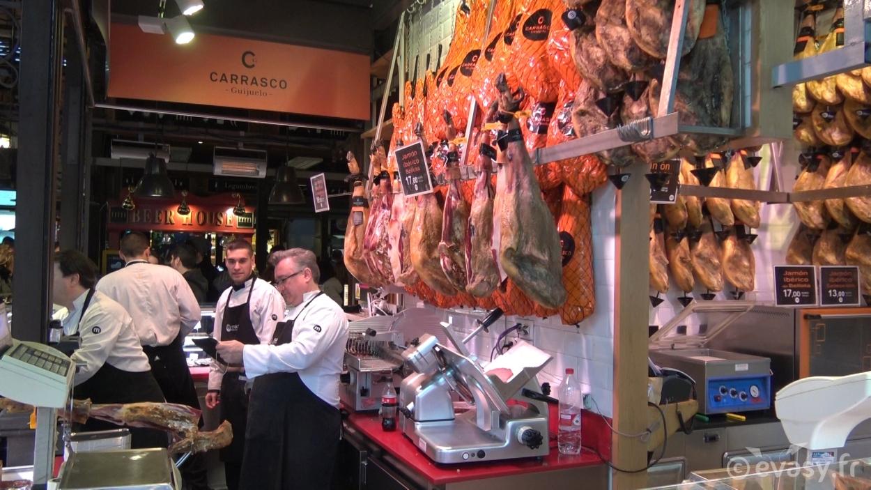 Stand de jambon ibérique au marché San Miguel de Madrid