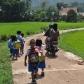 Enfants sur le chemin de l'école à Sulawesi