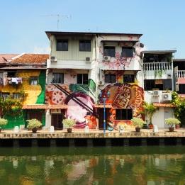 Vue d'ensemble du le street-art sur les murs de plusieurs bâtiments le long de la rivière à Melaka en Malaisie