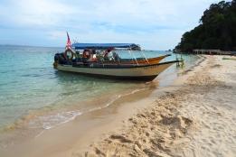 Bateaux amarrés en bord de plage sur l'île de Pulau Kapas en Malaisie
