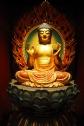 Une statue de Bouddha dans le temple de la relique de la dent de Bouddha à Singapour