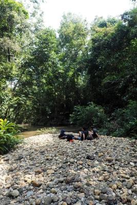 Repos au bord de la rivière dans la forêt tropicale du Taman Negara à Merapoh en Malaisie