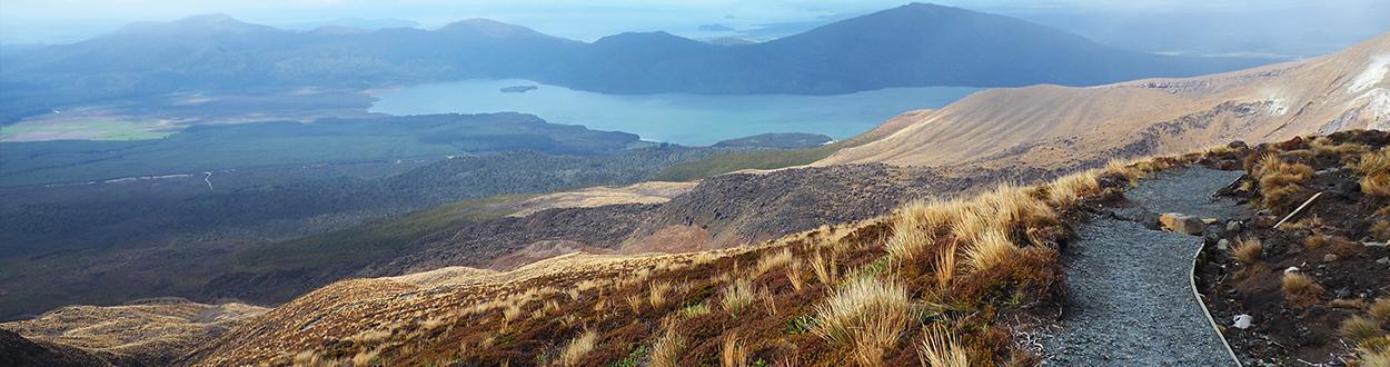 Vue panoramique sur le trail du Tongariro Alpine Crossing sur l'île du Nord de la Nouvelle-Zélande